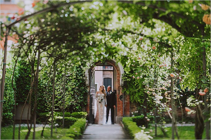 intimate_ceremony_venice_garden