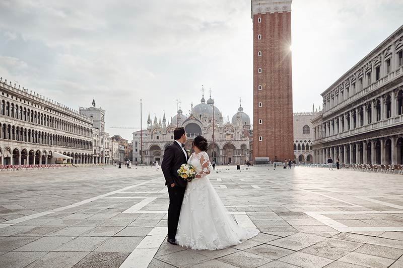 Discover Venice at sunrise through a photo shooting
